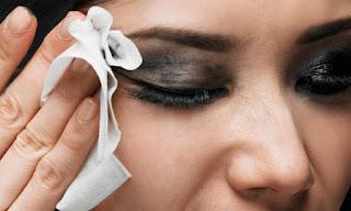 مخاطر النوم بالمكياج وطرق تنظيف البشرة بطريقة صحيحة في دقائق