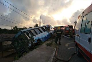 Ônibus com 12 passageiros tomba em ponte de João Pessoa