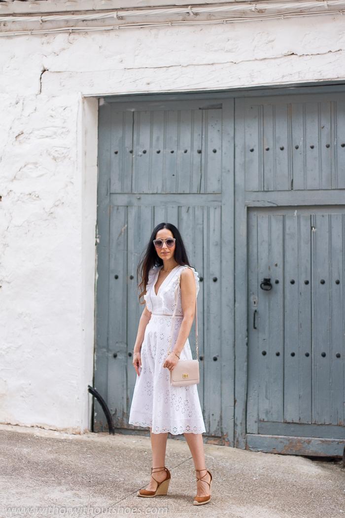 vestido de largo midi que está hecho con un tejido con flores bordadas y perforadas y jaretas