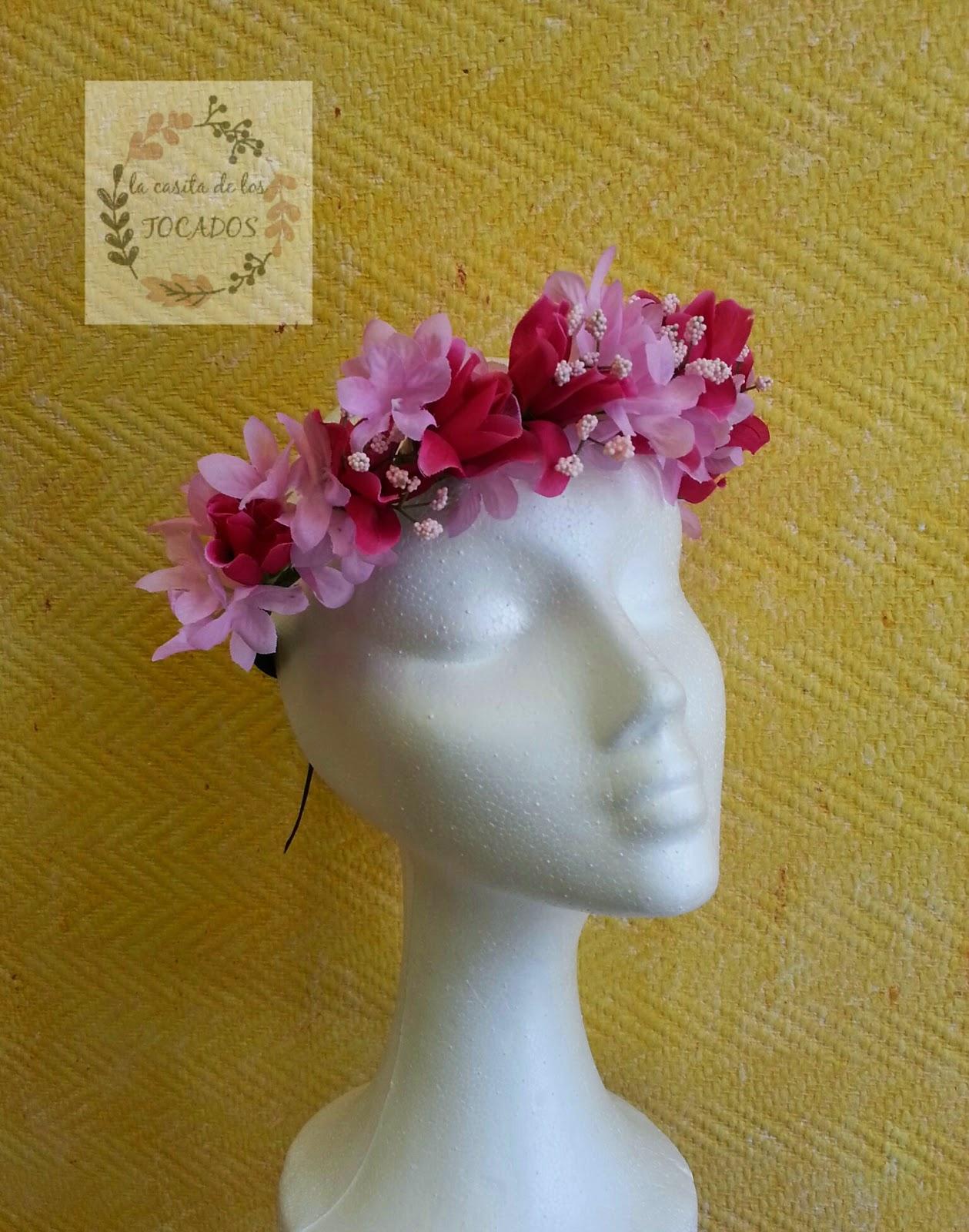 tiara de flores rosas para atar ideal para boda o evento de fiesta informal