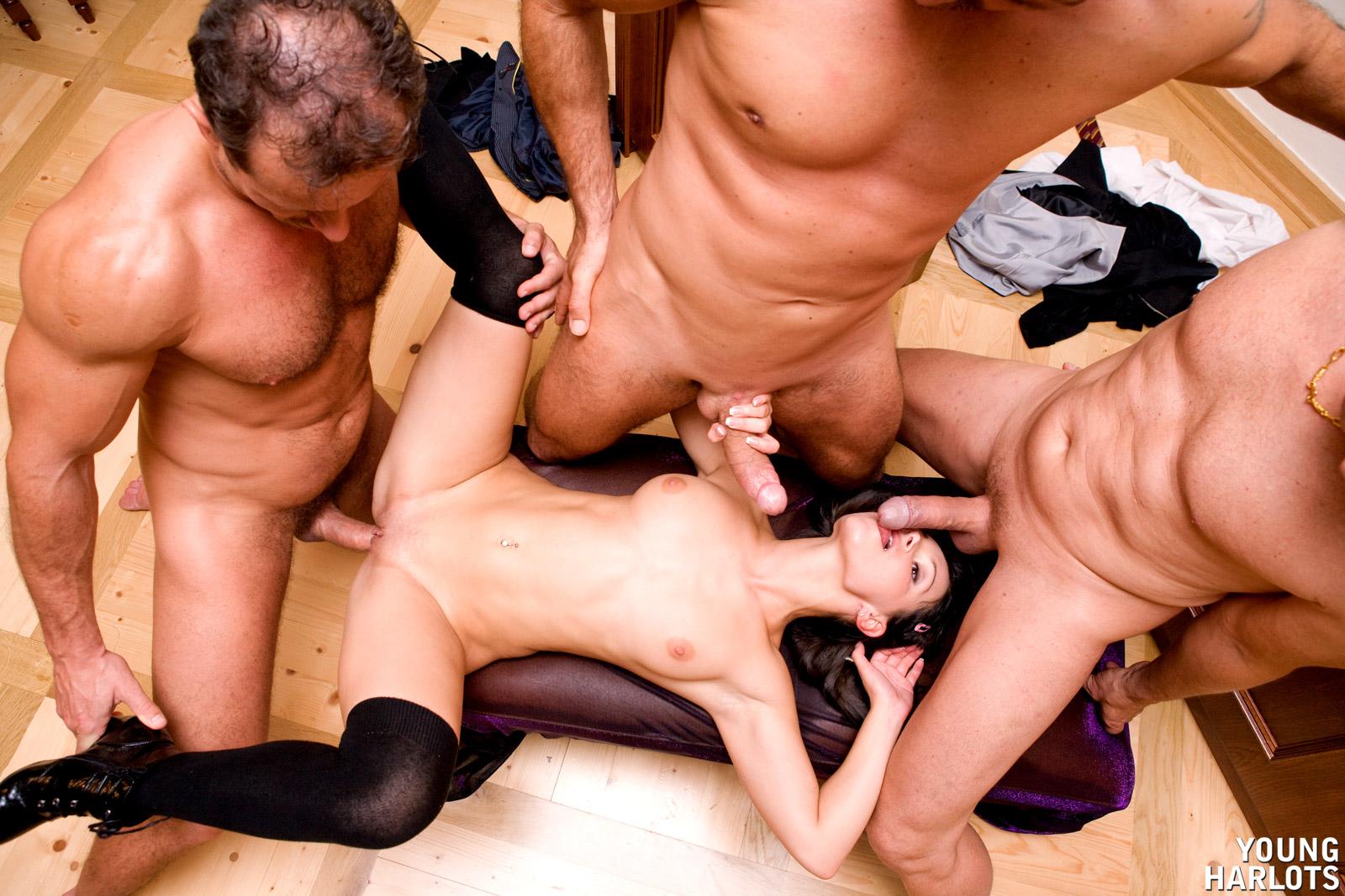 шумок, парень, одна девушка на троих парней ебет девку своим