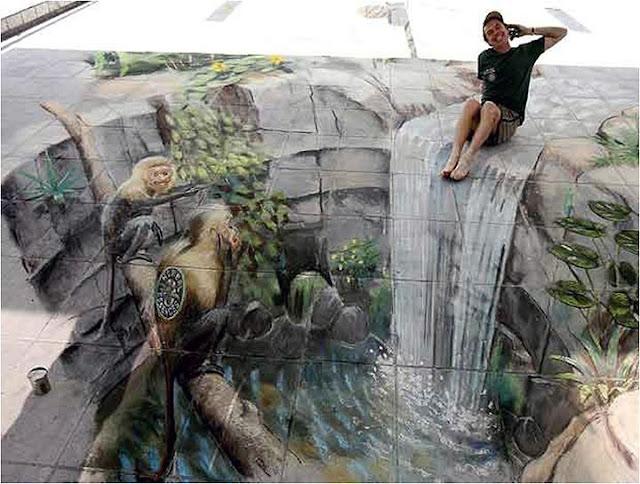 Bir kuyuya dökülen bir şelale ve kuyu üzerindeki bir ağaçta maymunlar gösteren kaldırım sanatı resmi