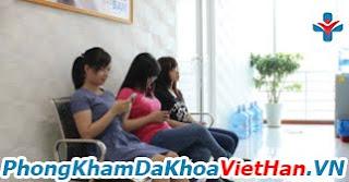 Các nữ bệnh nhân đến khám và điều trị bệnh phụ khoa