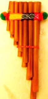 Foto a una zampoña con toque andino o colorido