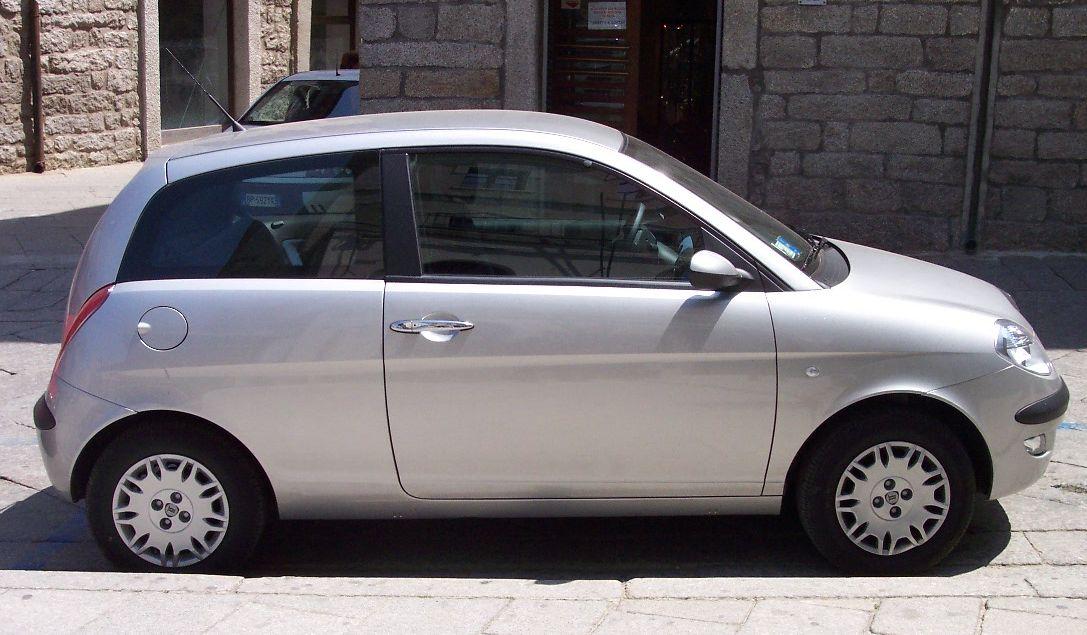 2011 Lancia Ypsilon versus