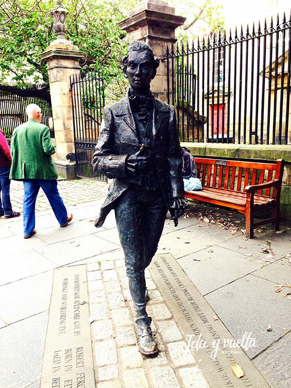 Robert Fergusson por la Royal Mile