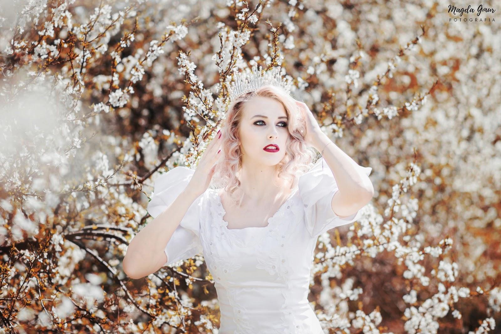 spring queen, sesja w białych kwiatach, wiosna, wiosenna sesja, sesja w sadzie, biała suknia, bajkowa sesja, zdjęcia w białych kwiatach, wiosenna sesja, królowa wiosna, magda gmur fotografia, fotografia portretowa, fotograf opoczno, fotograf lublin, fotografia slubna opoczno, magda gmur