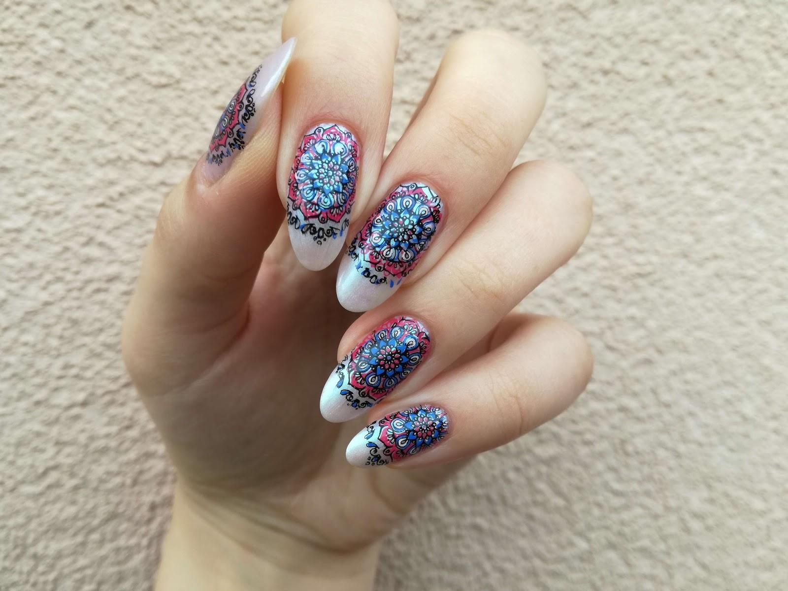 różowo-niebieskie paznokcie