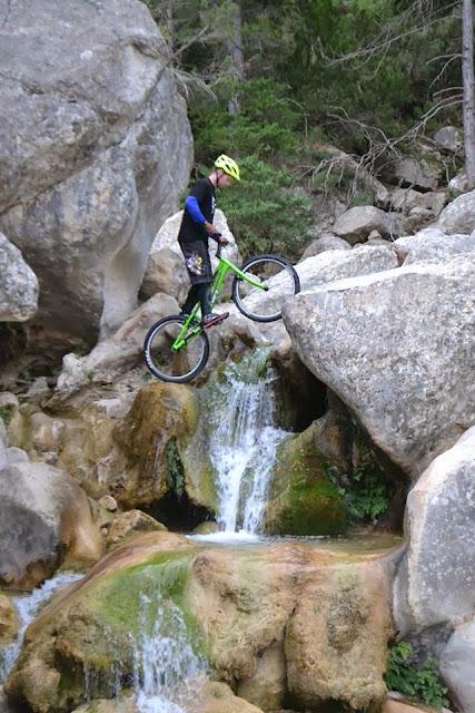David Millán en el Parrizal, biketrial