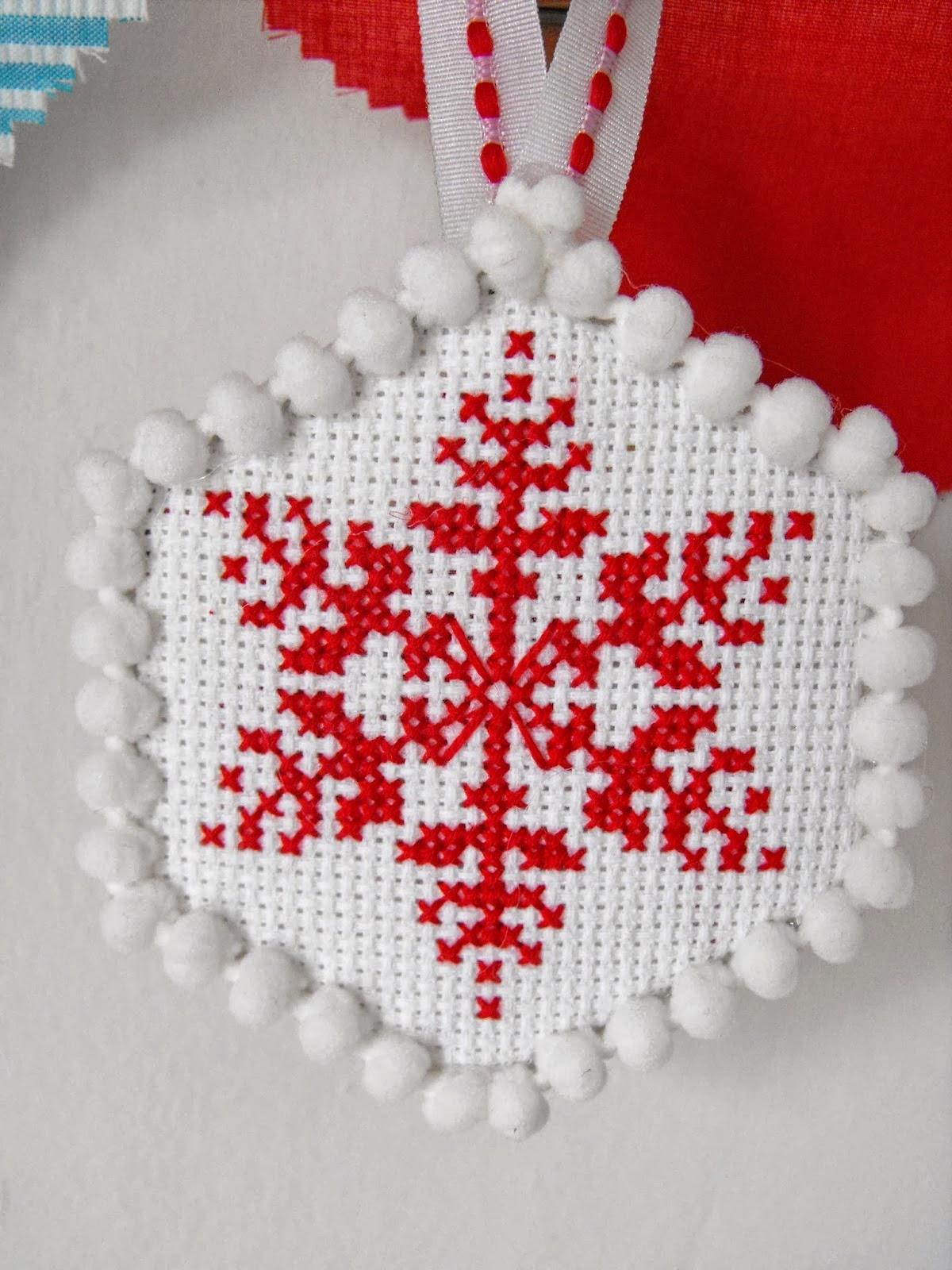 ornament de Craciun broderie pe etamina