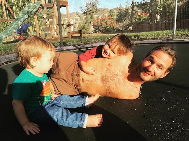 Salut! Meski Tak Punya Tangan dan Kaki, Pria ini Menjadi Motivator Sukses Sekaligus Ayah yang Hebat