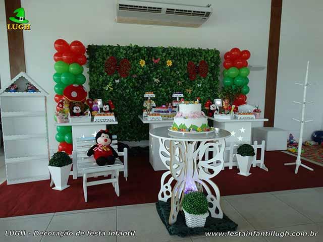 Decoração de festa de aniversário tema Tinker Bell provençal simples com muro inglês