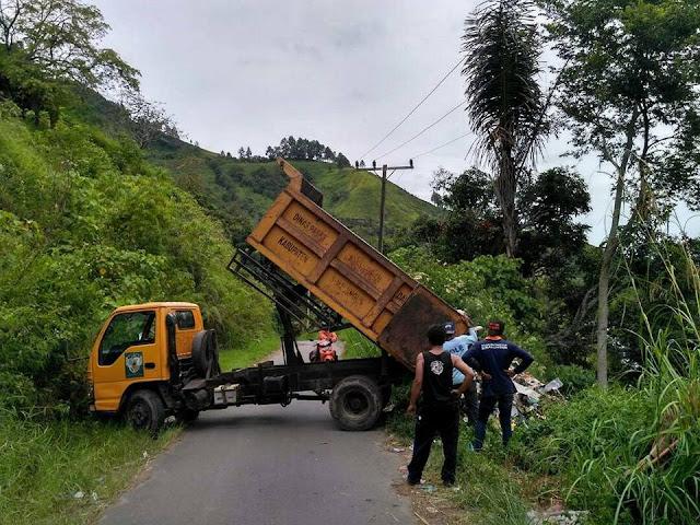 MIRIS! Truk Sampah Milik Pemkab Simalungun Buang Sampah Ke Danau Toba