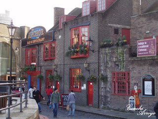Fachada del típico bar londinense