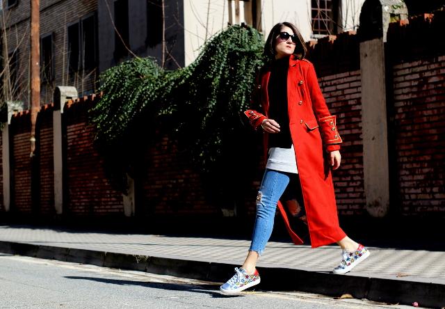 Abrigo rojo y las nuevas Skechers