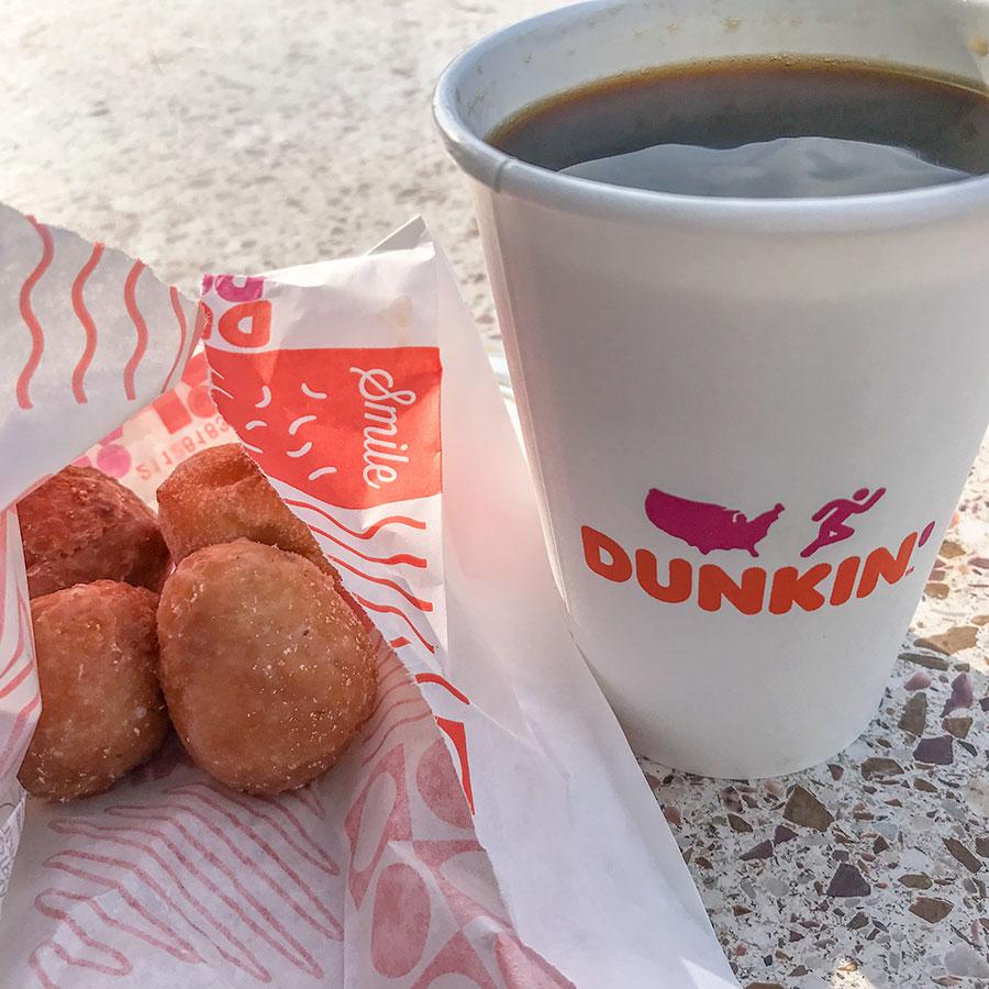Kaffe och munchkins på DD: Dunkin Donuts