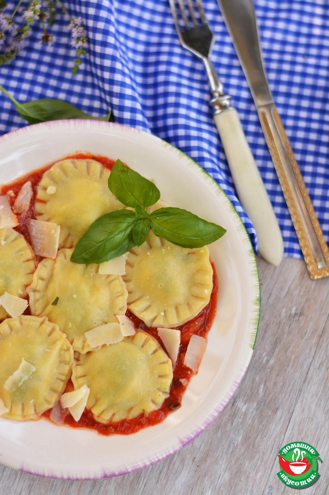 равиоли с моцарела и босилек поднесени с доматен сос стрък босилек