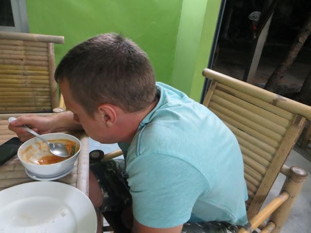Парень кушает в тайском кафе