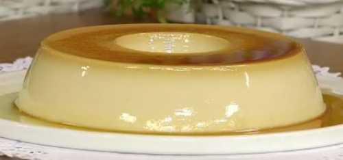 Pudim gelado de gelatina incolor