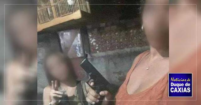 Polícia quer identificar mulheres que tiram fotos com armas em Duque de Caxias