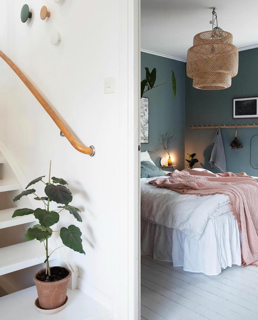 Una casa familiar muy fan del rosa y el verde:Detalle del pasamanos de la escalera