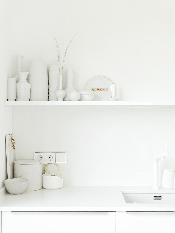 Weiße Küche mit Küchenregal und Vintage-Vasen | Fotoaktion #12von12 - 1 Tag in 12 Bildern | https://mammilade.blogspot.de