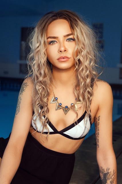 chica-con-piercings-tatuada-estética-radical