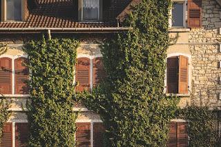Façade d'une maison avec des volets sécurisés.