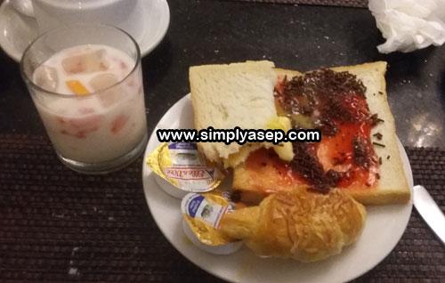 SARAPAN PAGI : Setungkup roti tawar dengan keju, strawberry dan juga butiran coklat sarapan pagi saya tadi di Hotel Gajah Mada Pontianak  Foto Asep Haryono