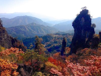 紅葉に映える妙義山の奇岩群