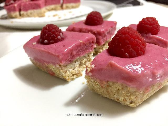 trocitos de tarta vegana de yogur y frambuesas