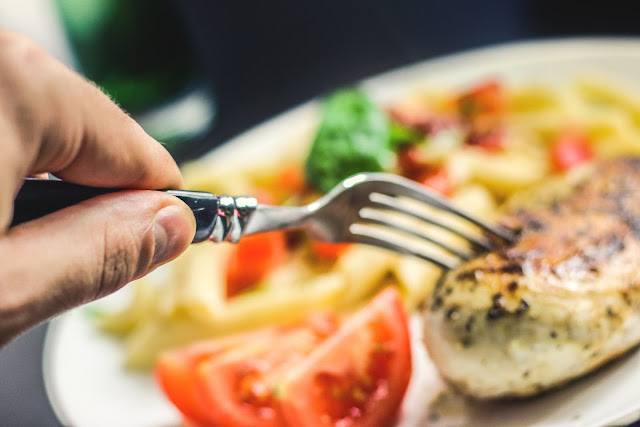 Dietetic meals should contain 75% fat, 20% protein, and only 5% starch. We will show examples of reliable meals to start with ketodate, low carbohydrate rich in protein and fat.
