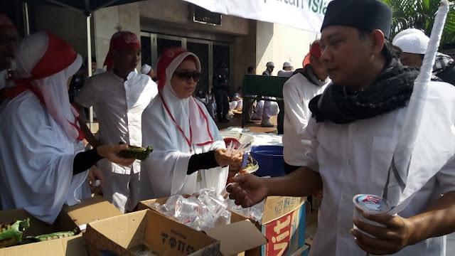 Berkah Aksi Simpatik 55: Makanan dan Minuman Gratis untuk Massa