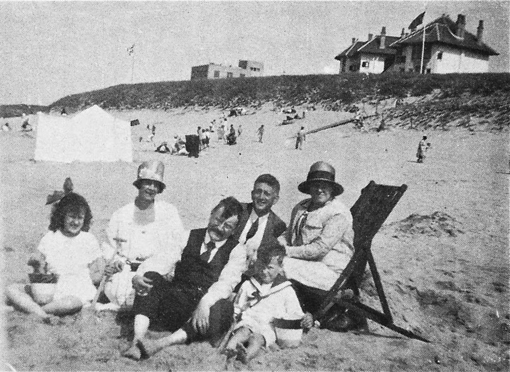 W.F. Hermans op het strand van Katwijk ± 1929