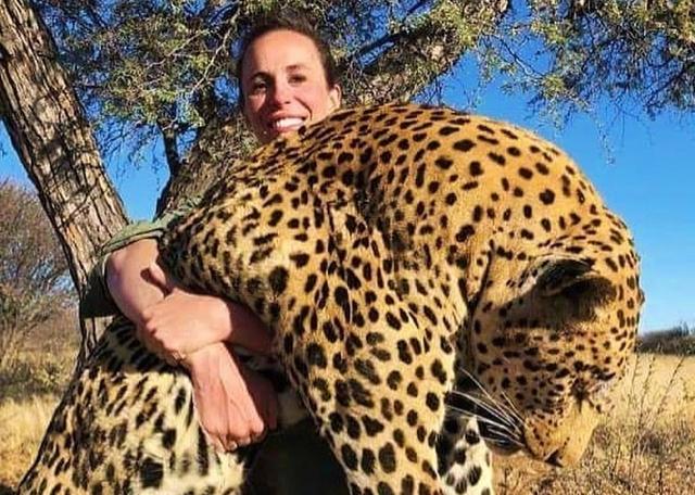 La cazadora Britany L. posa con un leopardo muerto en brazos.