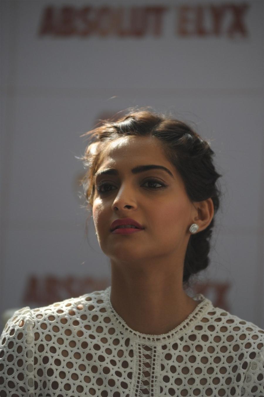 Sonam Kapoor Ki Sexy Photo Dress Anal  Larvinmusic-8550