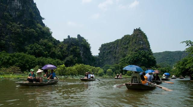 recorrido en barquito de madera por el río Ngo Đồng