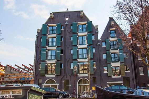 Casas de Amsterdam en sus canales. Paseo en barco por sus canales