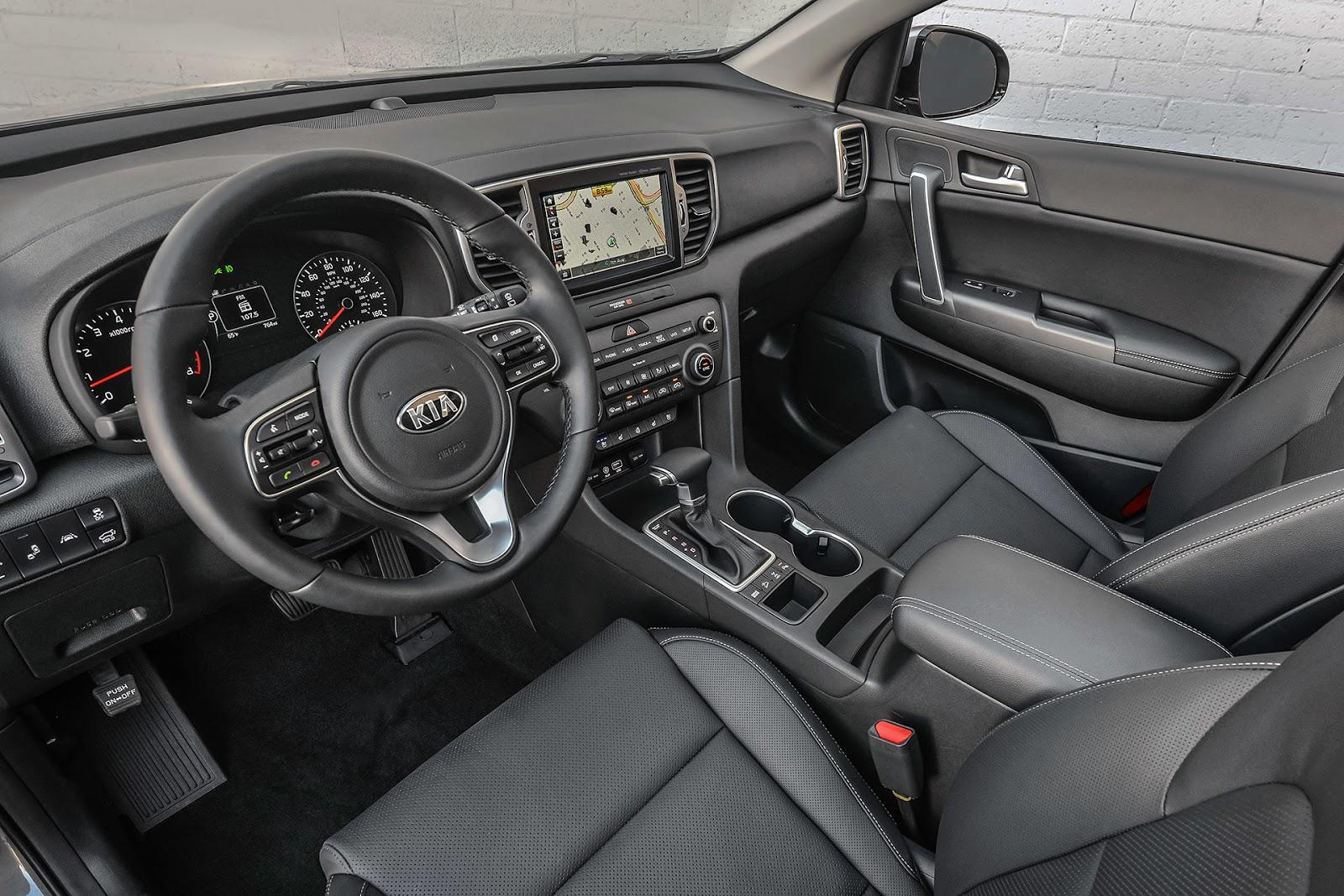 Khoang lái sang trọng, đơn giản, nhiều chức năng và tính năng giải trí vượt trội, vô lăng nhiều nút bấm tiện lợi, cảm nhận và trải nghiệm lái tốt