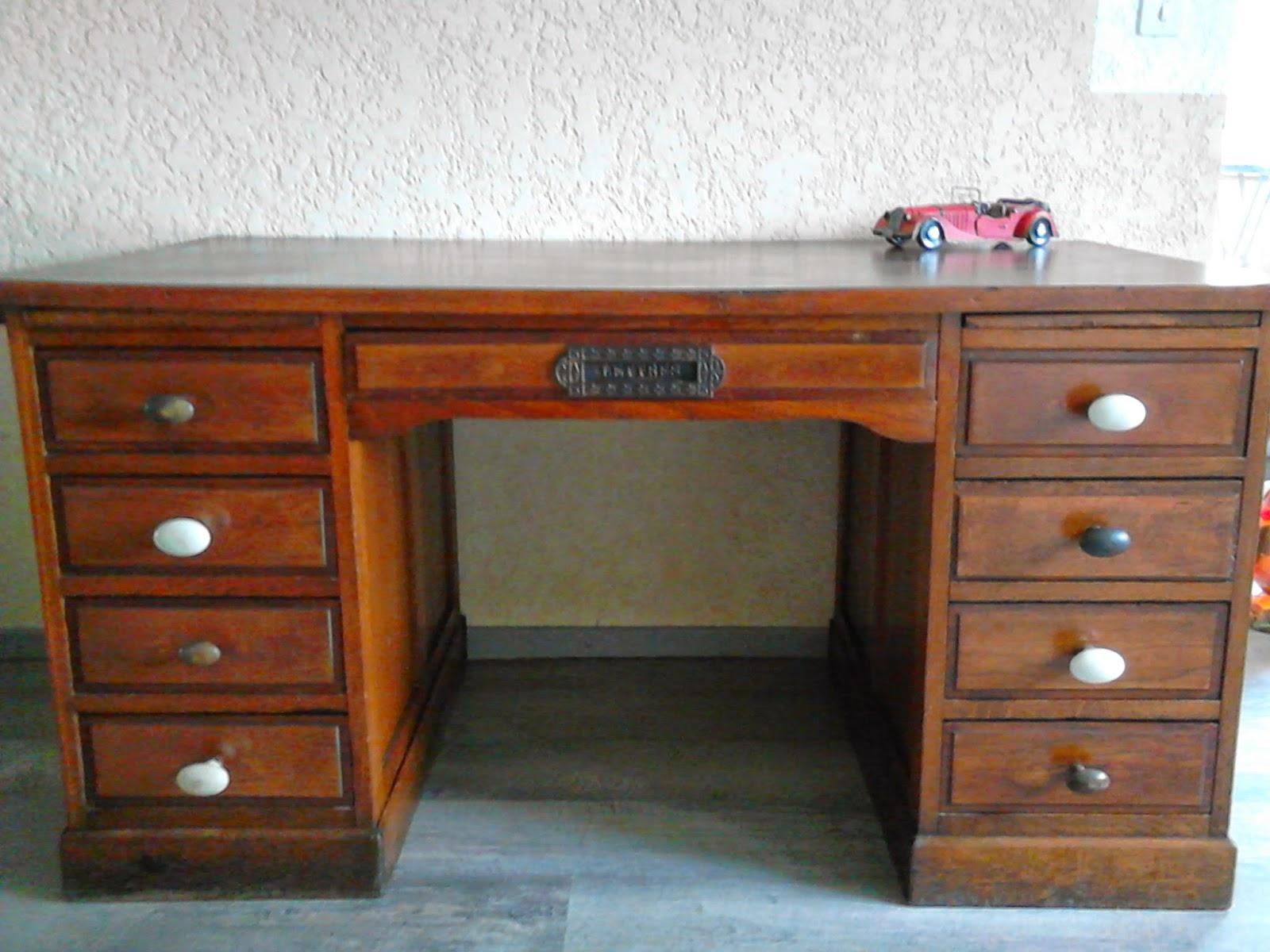 Vieux bureau en bois ancienne table pieds en fonte de machine