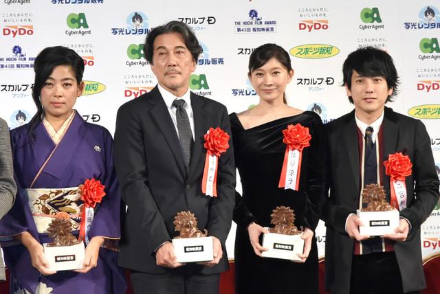 Yayako Uchida (Kirin Kiki), Koji Yakusho, Ryoko Shinohara y Kazunori Ninomiya (Hochi Awards)