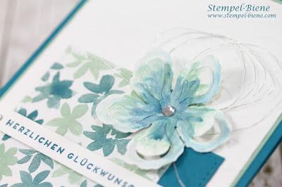 Blumenkarte; Stampinup Pflanzen-Potpourri; Prägeform Blättermeer; Stampinup Klare Aussage; Designerpapier Blühende Fantasie; Stempel-Biene; Machthesketch