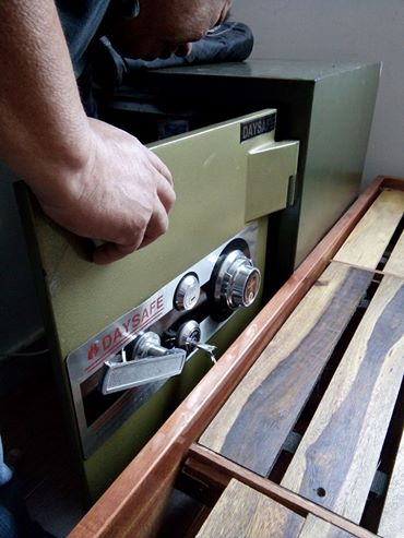 Hướng dẫn cách mở két sắt có chìa khóa những quên mã số