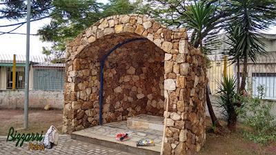 Gruta construída com pedra moledo de 15 cm a 20 cm com parede de pedra revestida dos dois lados, interno e externo.