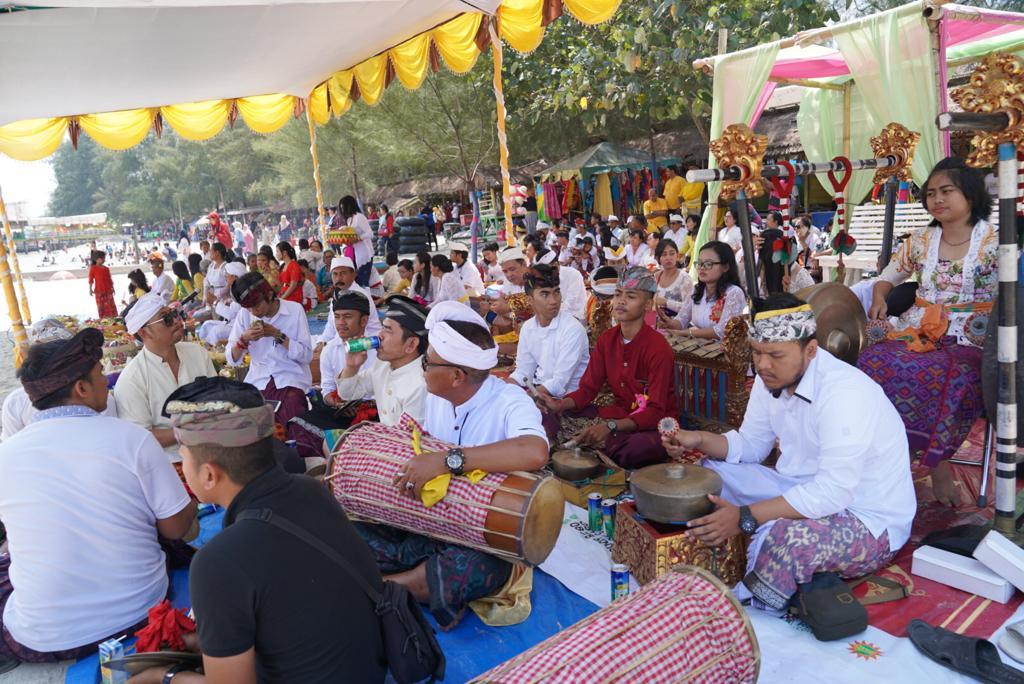 IKUTI :Umat Hindu di Sumatera Utara melaksanakan upacara Melasti di Pantai Pondok Permai, Pantai Cermin, Serdang Bedagai, Minggu (3/3/2019).