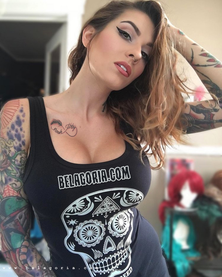 vemos a mujer posando sensual, lleva tatuaj del infinito con nombre
