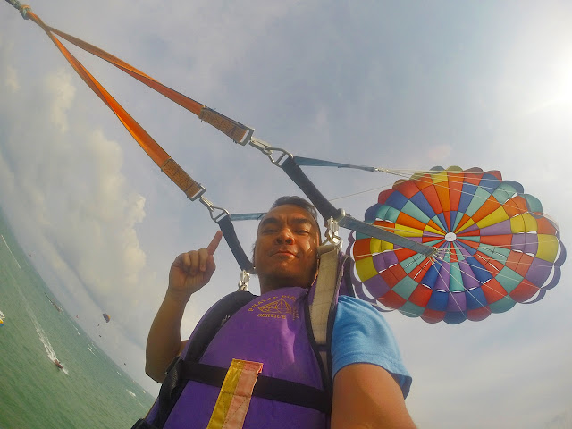 Marky Ramone Go paragliding