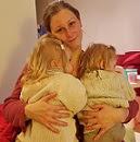 jumelles-calin-maman-amour