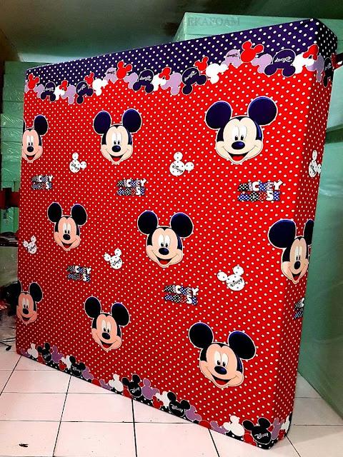 Kasur inoac dengan corak motif mickey mouse merah