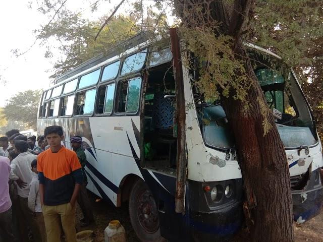 तेजगढ़ परासई के पास स्टेरिंग फेल होने से यात्री बस पेड़ से टकराई.. दो दर्जन यात्री घायल, आधा दर्जन गंभीर..